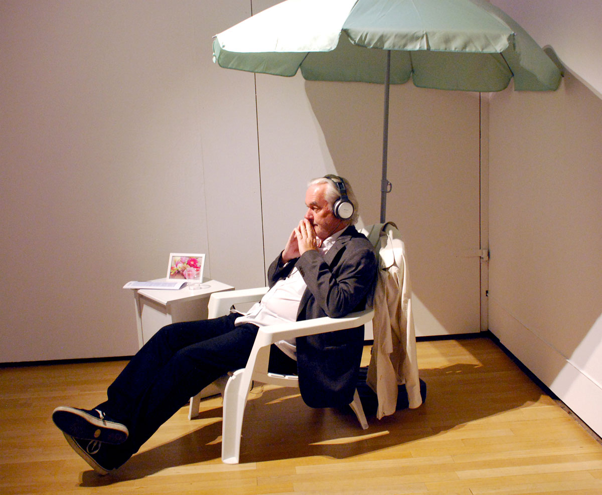 A sun lounger with a parasol, a photo with a flower and headphones made it possible for the visitor to relax.